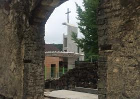 무너진 터 위에 새롭게 세워지는 십자가