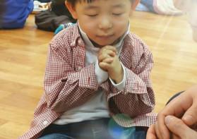 기도하는 아들의 모습
